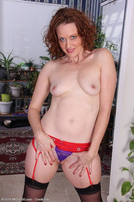 Sexy mature Roxanne Clemmens stripping and masturbating at AllOver30