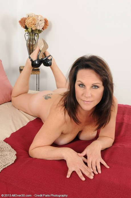 Mature housewife Sterling putting on a naked show at AllOver30