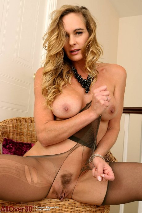 Hot MILF Elegant Eve playing with herself at AllOver30