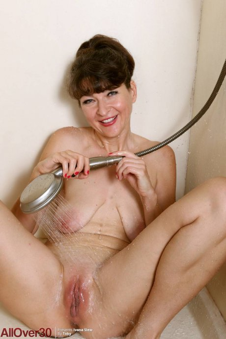 Mature Ivana Slew masturbate in the shower at AllOver30
