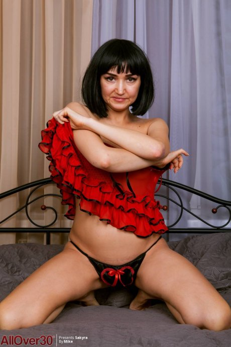 Brunette MILF Sakyra playing with herself at AllOver30