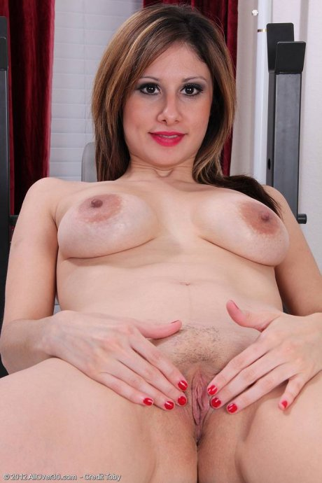 Busty housewife Mazy takes a break to spread wide at AllOver30