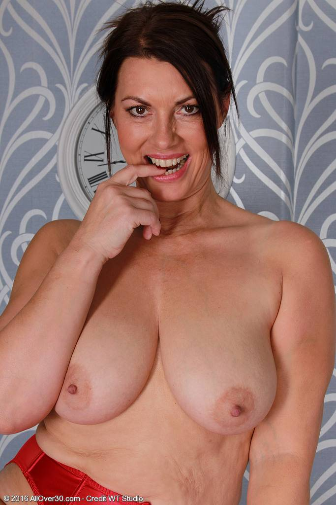 Sexy mature Raven shows off her natural boobs at AllOver30