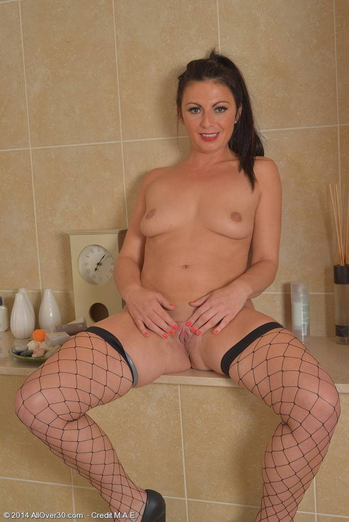 Hot MILF Roxanne Cox playing with herself at AllOver30