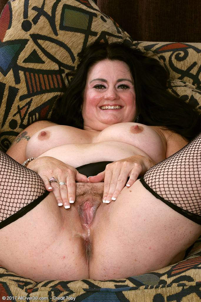Busty mature Victoria Powers playing with herself at AllOver30