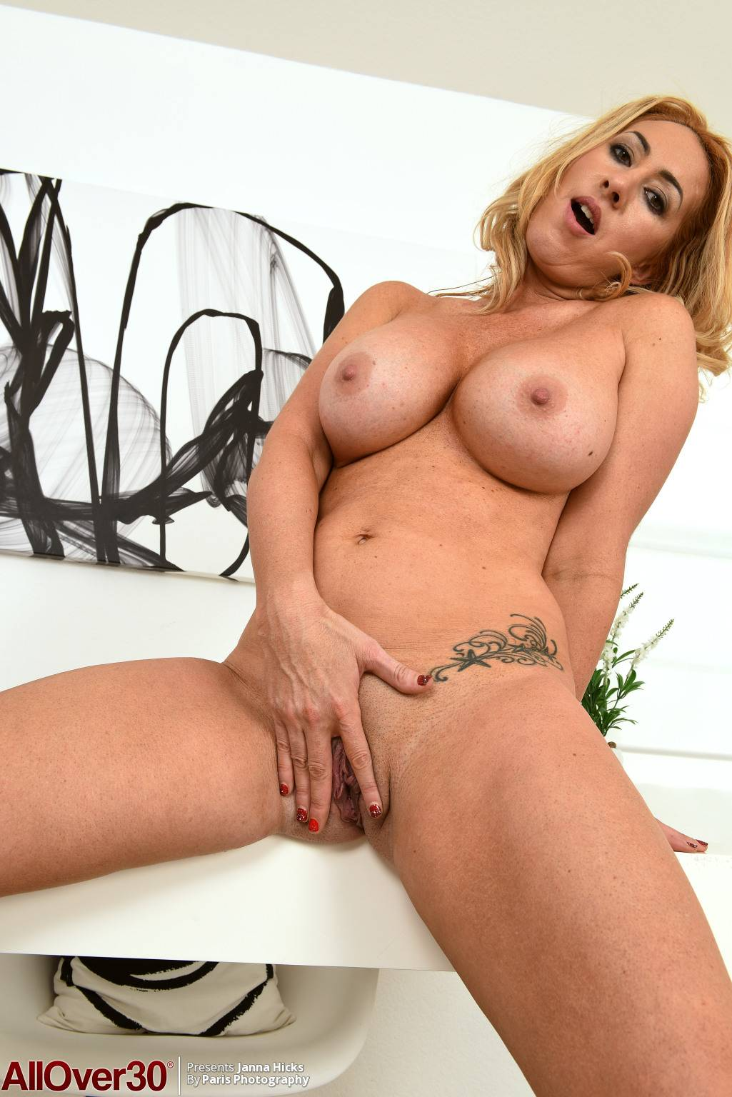 Beauty mature Janna Hicks with big boobs at AllOver30