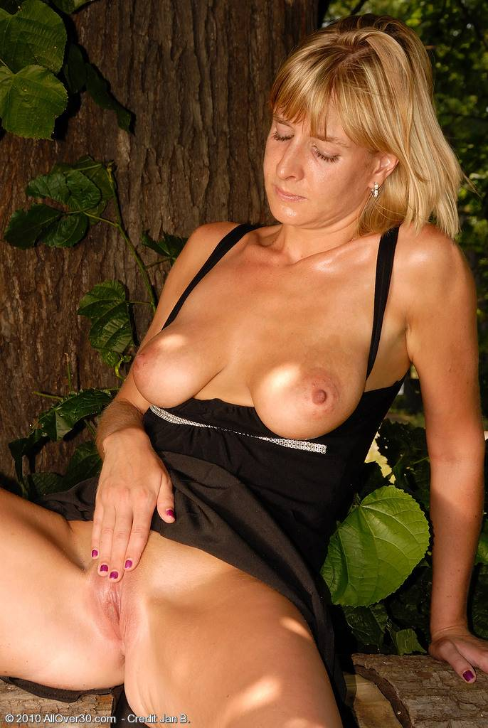 Gorgeous blonde MILF Linda S posing naked outside at AllOver30